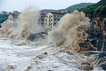 「瑪莉亞」登陸,浙江有巨浪拍岸。