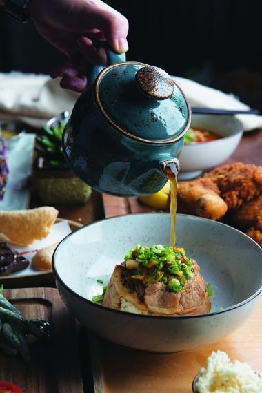 黑毛豬泡飯($98)配搭香脆米通,淋上烤鴨高湯,猶如一場味覺與視覺的豪華盛宴。