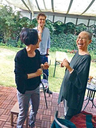 照片中劉霞與諾貝爾文學獎得主赫塔米勒均開心大笑。