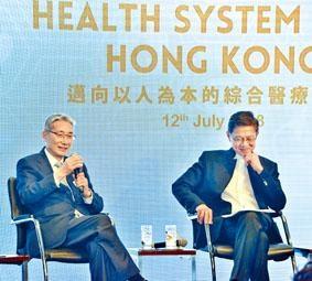 楊永強認為,本港醫療體系需要作出調整。左為梁智仁。
