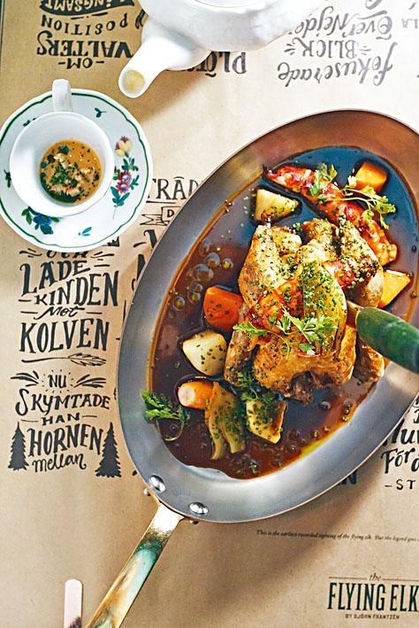 慢煮春雞配龍蝦,雞肉肉嫩多汁,加上鮮香龍蝦,是一道豐富滋味的主菜。