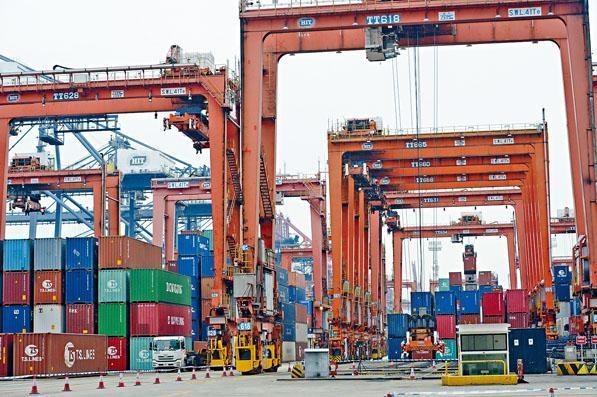 ■財爺指若貿易戰擴大,令本港經濟增長會放緩,大約是百分之零點二至三。