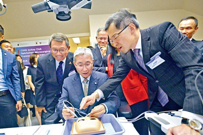 ■譚智勇(前排右)指計畫年初舉辦至今已服務約五千個家庭。