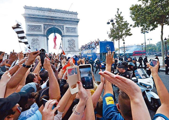 法国巴黎有数十万球迷欢迎世盃英雄凯旋。