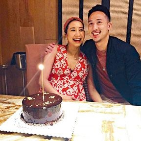 Kary夫婦為傳媒送上薑醋及照片,分享幸福。