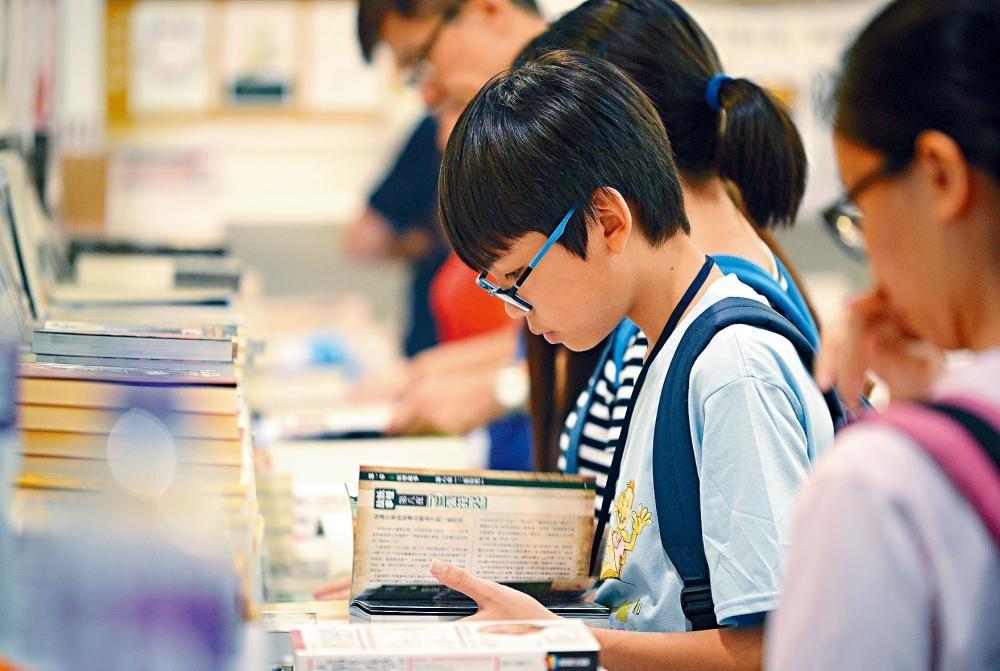 通過閱讀,可提升小朋友的語文和文化水平。