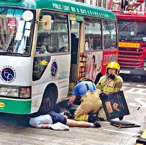 女生暈倒跌出馬路遭小巴撞倒。