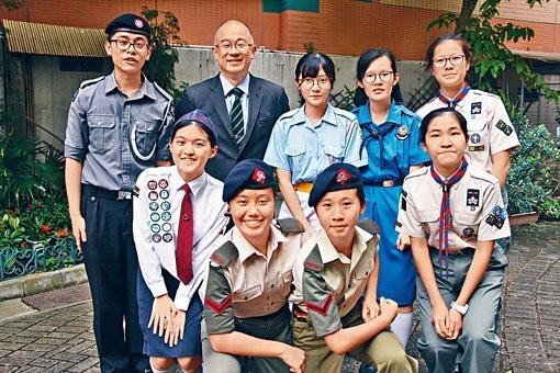 葉志兆(後左二)指,初中生必須參加制服團隊,以培養人際溝通和解難等技巧,為日後職業選擇打好基礎。