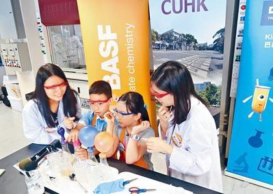 逾千名小學生化身「小小化學家」,在中大校園參與化學實驗。