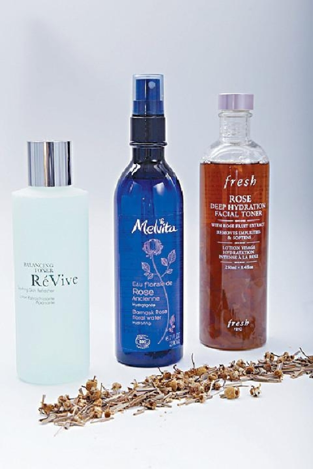 a/ Revive Balancing 	Toner$650(左) b/ Melvita Organic Damask 	Rose Floral Water$280(中) c/ Fresh Rose Deep  	Hydration Facial  	Toner$370(右)