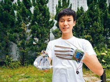 研發手語翻譯手套屢獲殊榮的陳嘉龍,如願入讀中大經濟系,期望改善社會問題。