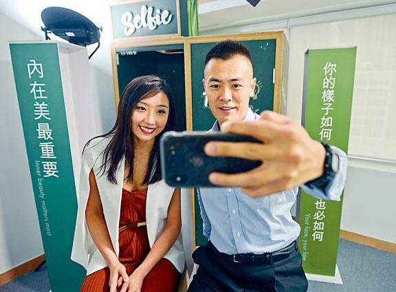 青年民間智庫「MWYO」負責研究的調查員劉思穎,與智庫總監劉鳴煒示範自拍。