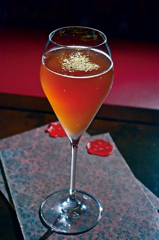 El Sabio,帶紫紅的酒灑有金箔點綴,貴氣滿溢。
