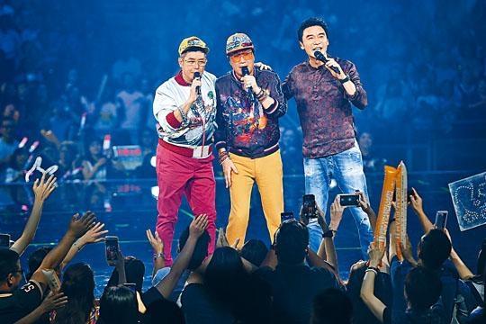 阿B被捉上台與阿倫和阿Sam合唱《讓一切隨風》。