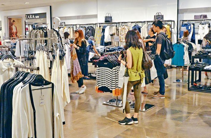 ■本港第二季經濟增長按年升百分之三點五,私人消費開支繼續增加。