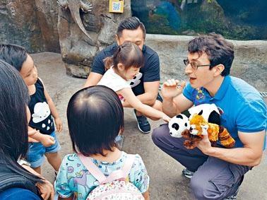 海洋公園推出自然探索班,讓幼兒親身接觸動物。