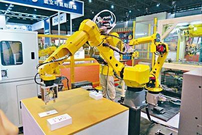 「中國2025」計畫旨在讓十大中國關鍵產業躍升為全球領導者,補貼人工智慧、航空航太裝備、生物醫藥和新能源車輛等行業的研發。美國商務部長羅斯形容「中國2025」是刨美國的根,威脅美國在全球科學技術的主導位置,是美國頭號「眼中釘」。