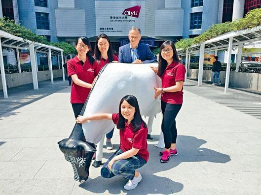 ■一直爭取將獸醫學學士課程納入政府資助的城市大學,有望明年九月取得突破。圖為首屆自資學士與院長禮哲(後排右二)。