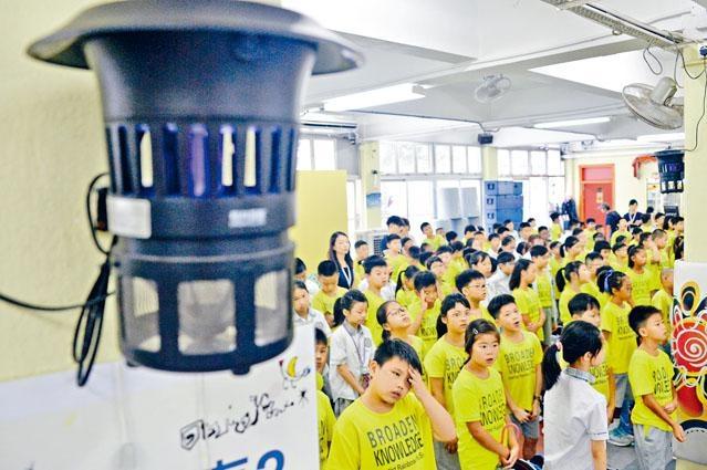 浸信會天虹小學昨日開學,校園內加裝蚊燈防學生被蚊叮。