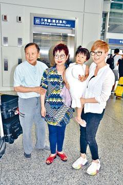 ■湯盈盈帶同細女到機場接父母機。