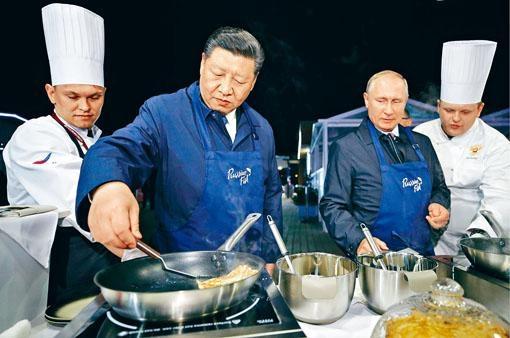 習近平出席在海參崴舉行東方經濟論壇,並與普京一同煎餅。
