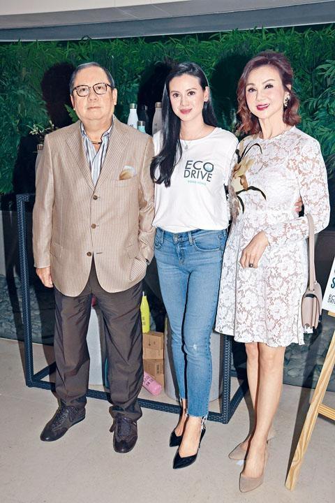 何林恬兒與父母林建岳及謝玲玲,齊來支持環保活動。