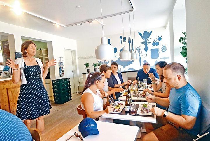 導遊Maria不僅有豐富的飲食文化知識,對美食更極具熱誠。