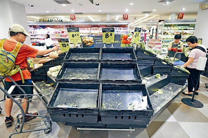■杏花邨居民做足防風措施嚴防超強颱風「山竹」襲港,超市眾多食物被一掃而空。