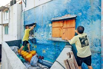 ■鯉魚門為低窪地區,居民在窗戶加設防風板,以求降低颱風帶來的破壞。