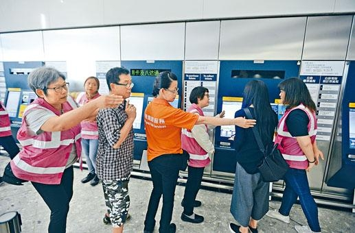 ■市民到高鐵西九站了解預售車票情況,工作人員從旁協助。