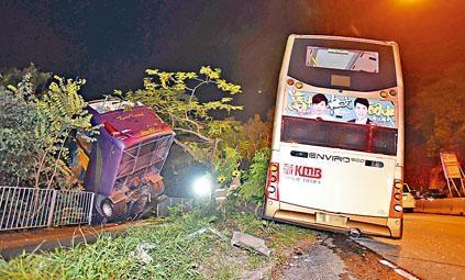 ■旅遊巴如倒樹蔥般被巴士推撞落山坡。