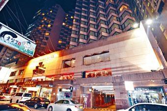 ■警方調查金巴利道的酒店搶手機案。