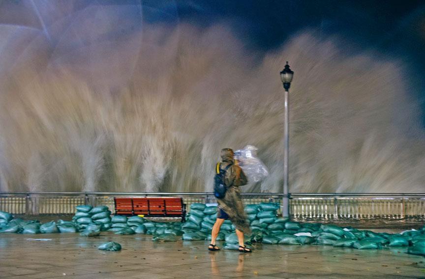 ■山竹威力驚人,掃港期間掀起六米巨浪狂襲杏花邨。