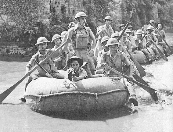 戰前華人工程兵乘坐橡皮艇。(黑白相片)