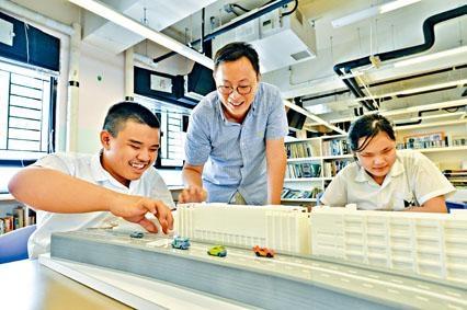 心光學生家龍和佳埼,在老師許永強引導下觸碰模型,首次「看見」校舍。