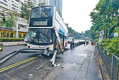 巴士撞欄後左頭輪剷上行人路停下。