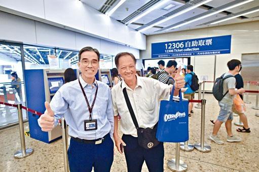 ■港鐵車務總監劉天成(左)昨巡視西九龍站,指自助取票機已起分流作用。