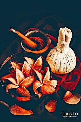 療程中選用泰國進口的傳統藥草球,結集七種純天然泰國草藥製成。