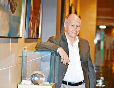 阿根廷數學家路易.卡法雷獲頒邵逸夫數學科學獎,以表彰他在偏微分方程上的突破性工作。