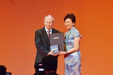 在邵逸夫獎頒獎禮上,路易.卡法雷從行政長官林鄭月娥手上接過數學科學獎。