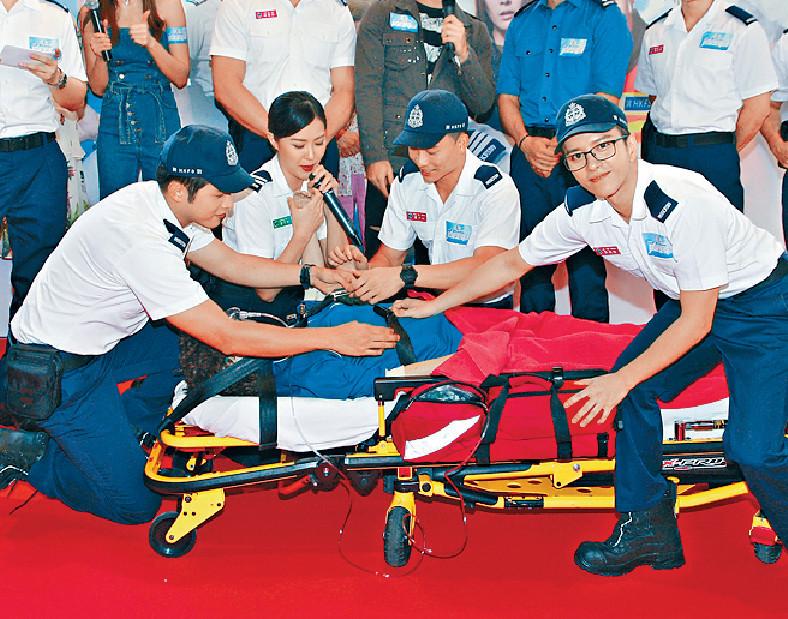 ■劉佩玥、何廣沛等昨日示範急救技巧。