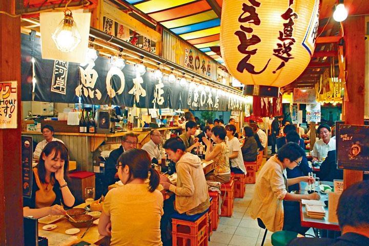 居酒屋於去年8月開業,店內鋪設了彩色天花及掛滿燈籠。