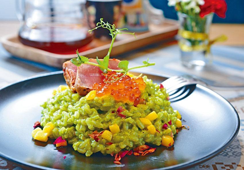 厚切吞拿魚意大利飯配日本三文魚子與菠菜汁。