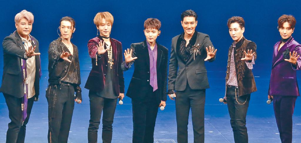 ■站在中央位置的厲旭,聯同SJ隊友向粉絲打招呼。