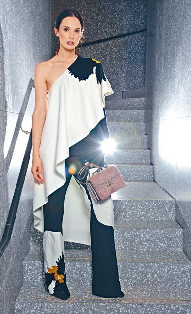 黑白色Pansy Floral Print單膊斗篷上衣及Mohair長褲、Valentino Garavani黑色高跟鞋、皮草裝飾Rockstud手袋、珍珠耳環。