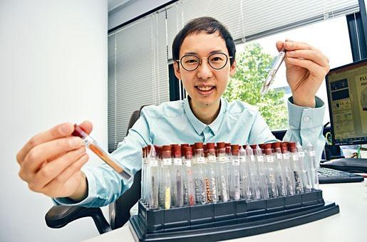 「火博士」陳鈞傑形容自己是一位元素收藏家,平日喜用各式各樣的化學實驗,讓學生生動有趣地學習化學。