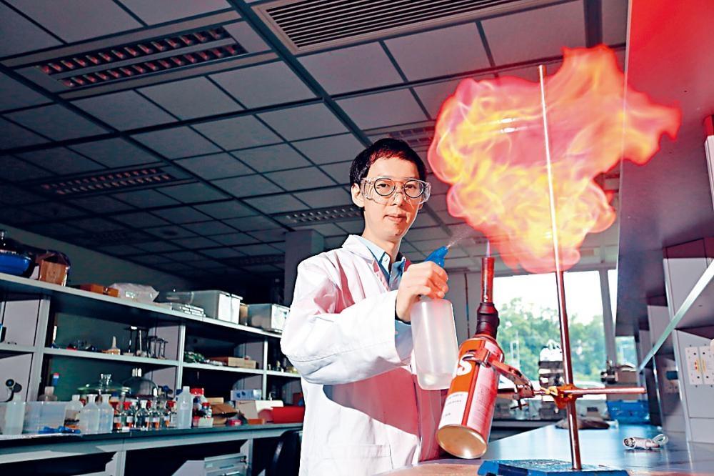 陳鈞傑鍾情「放火」,每次上堂做實驗都會花心思,讓學生容易了解化學原理。