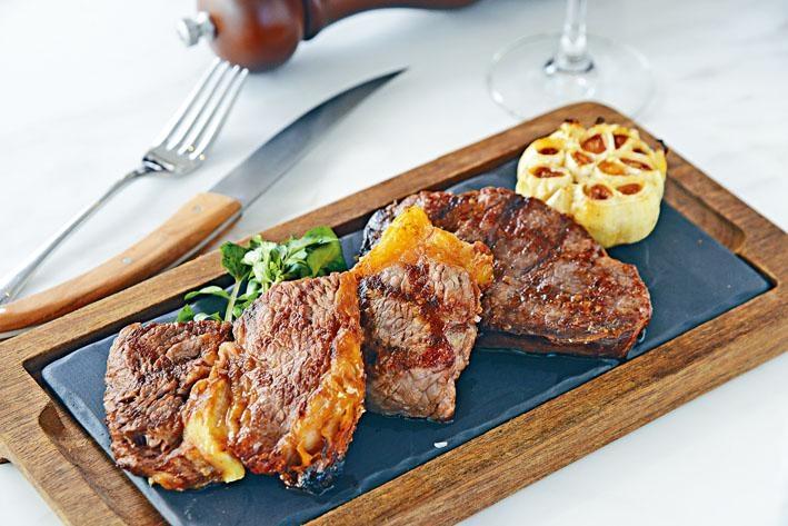 自選牛扒,若想一次吃勻英國西冷扒、肉眼扒及牛柳扒,可點這個自選牛扒菜式。每份牛扒都附上煙燻紅葱及四選一的牛扒醬汁,增添滋味。