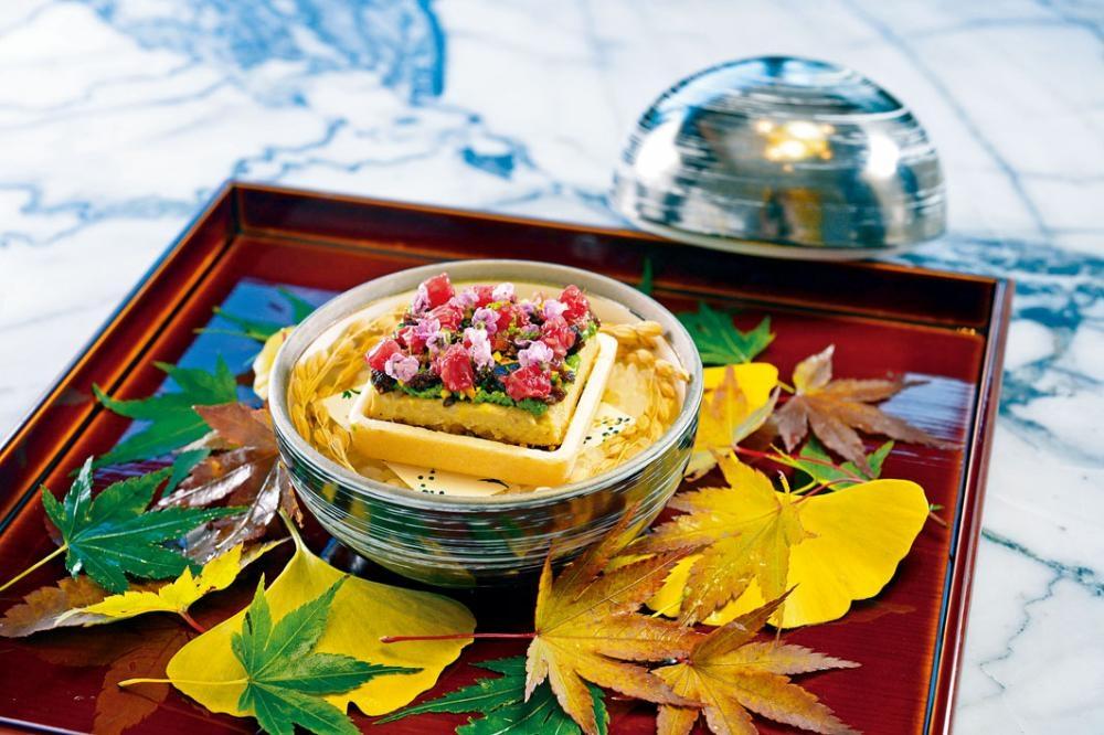 鴨肝最中餅,宛如寶盒的菜式,層次分明,入口先是綿密,及後滲有威士忌酒香,饒有餘韻。