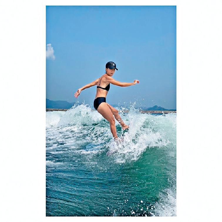運動身型 ■阿徐狂晒wakesurf風姿照,無胸但身材結實。